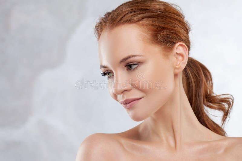 Stående för rödhårig manflickaskönhet, begrepp för hudomsorg arkivfoto