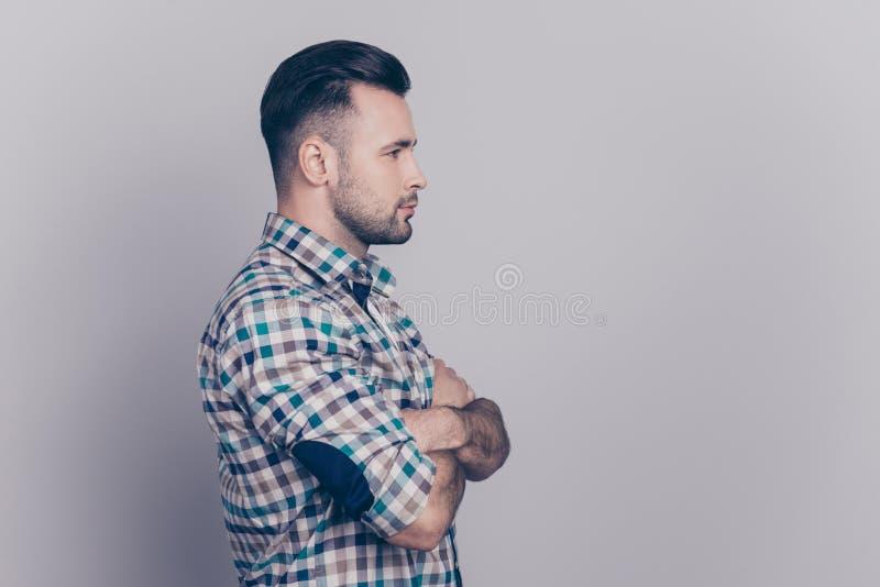 Stående för sidosikt av att bedöva, caucasian man med borstet och c arkivbild