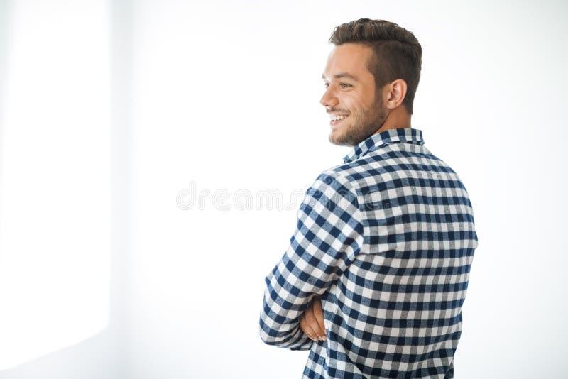 Stående för sidosikt av att le den stiliga mannen på vit bakgrund royaltyfri fotografi