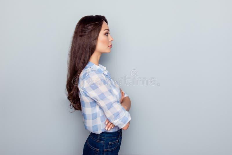 Stående för sidosikt av den ideala kvinnan med allvarligt uttryck, i c arkivfoto