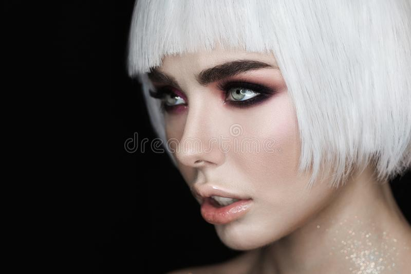 Stående för sidosikt Sexig blond kvinnamodell med makeup, kindknotor och sund skinande hud Aftonglamourstil arkivfoton
