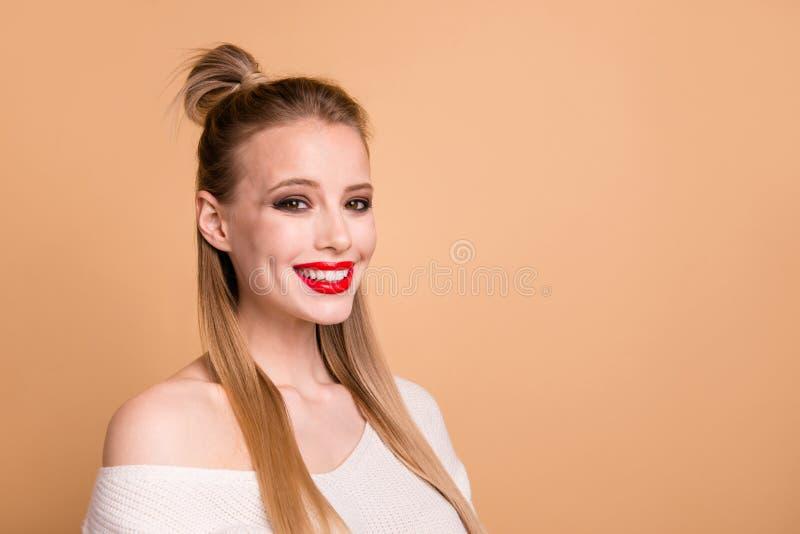 Stående för sikt för närbildprofilsida av henne henne trevligt gulligt älskvärt attraktivt glamoröst lyckat säkert nätt trevligt royaltyfri foto