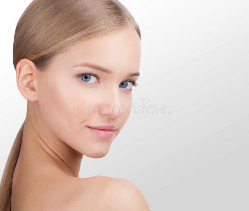 Stående för skönhetkvinnaframsida Begrepp för hudomsorg som isoleras på en vit bakgrund arkivfoton