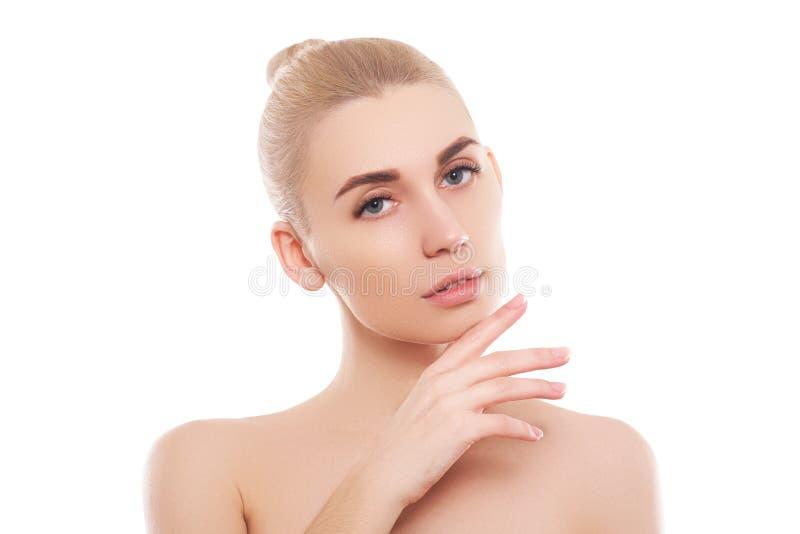 Stående för skönhetkvinnaframsida Härlig brunnsortmodellflicka med perfekt ny ren hud arkivfoton