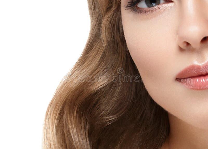 Stående för skönhetkvinnaframsida Härlig brunnsortmodellflicka med perfekt ny ren hud royaltyfri fotografi