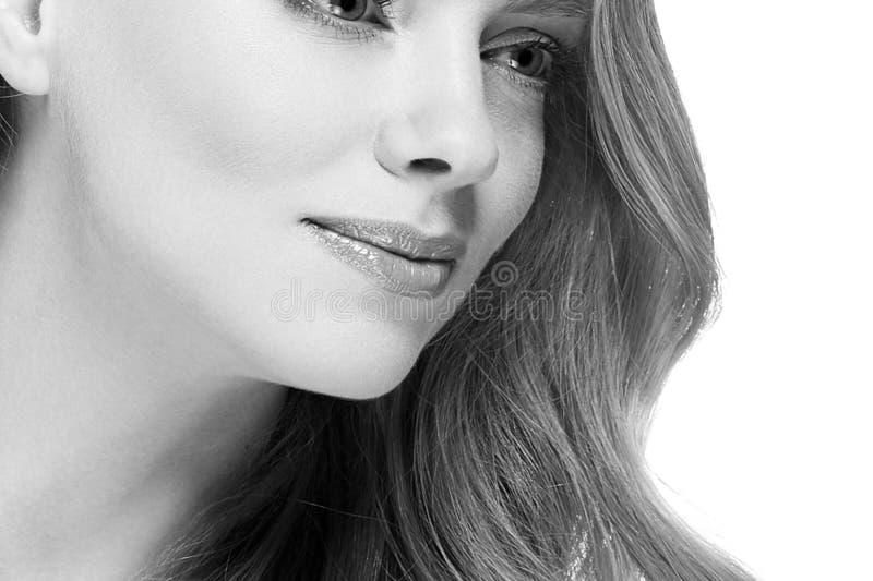 Stående för skönhetkvinnaframsida Härlig brunnsortmodellflicka med perfekt ny ren hud royaltyfria bilder
