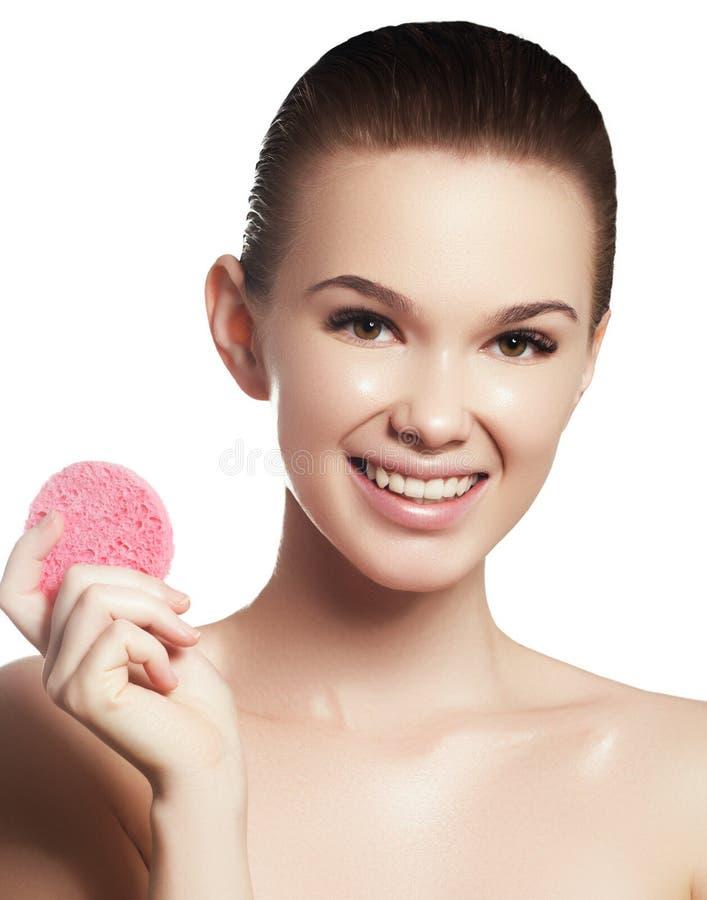 Stående för skönhetkvinnaframsida Härlig brunnsortmodellflicka med perfekt ny ren hud royaltyfri foto