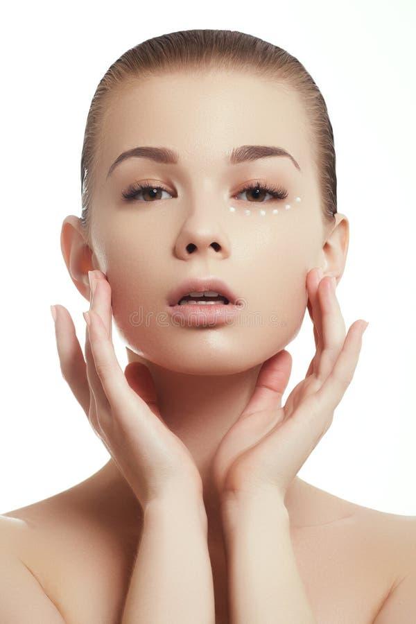 Stående för skönhetkvinnaframsida Härlig brunnsortmodellflicka med perfekt ny ren hud arkivbilder
