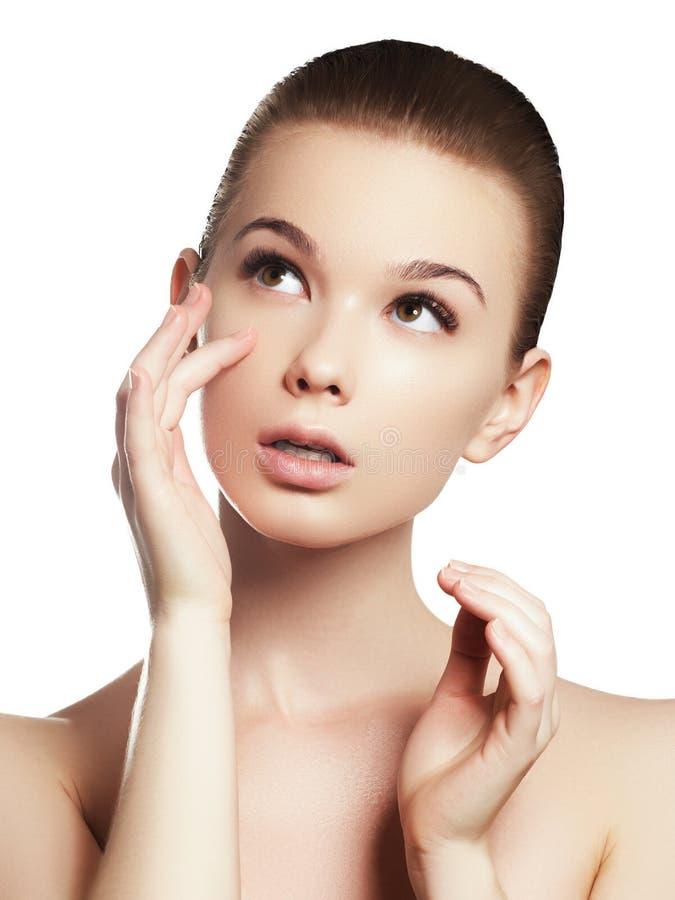 Stående för skönhetkvinnaframsida Härlig brunnsortmodellflicka med perfekt ny ren hud arkivbild