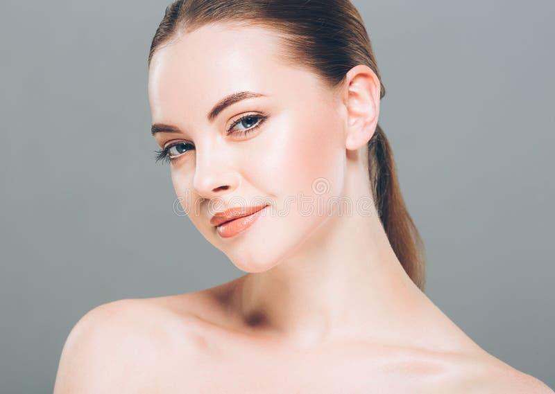 Stående för skönhetkvinnaframsida Härlig brunnsortmodellflicka med perfekt ny ren hud Grå färgbakgrund royaltyfria foton