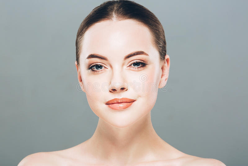 Stående för skönhetkvinnaframsida Härlig brunnsortmodellflicka med perfekt ny ren hud Grå färgbakgrund arkivbilder
