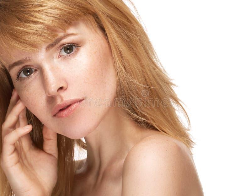 Stående för skönhetkvinnaframsida Härlig brunnsortmodellflicka med perfekt ny ren hud Kamera och le för brunett kvinnlig seende royaltyfri bild