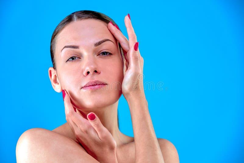 Stående för skönhetkvinnaframsida Härlig brunnsortmodellflicka med perfekt ny ren hud Kvinnlig seende kamera för brunett arkivbild