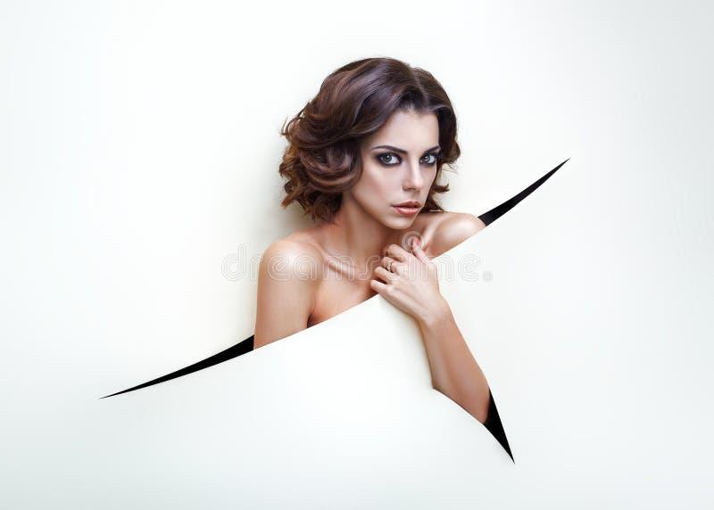 Stående för skönhetkvinnaframsida Härlig brunnsortmodellflicka med perfekt ny ren hud Kvinnlig seende kamera för brunett royaltyfri bild