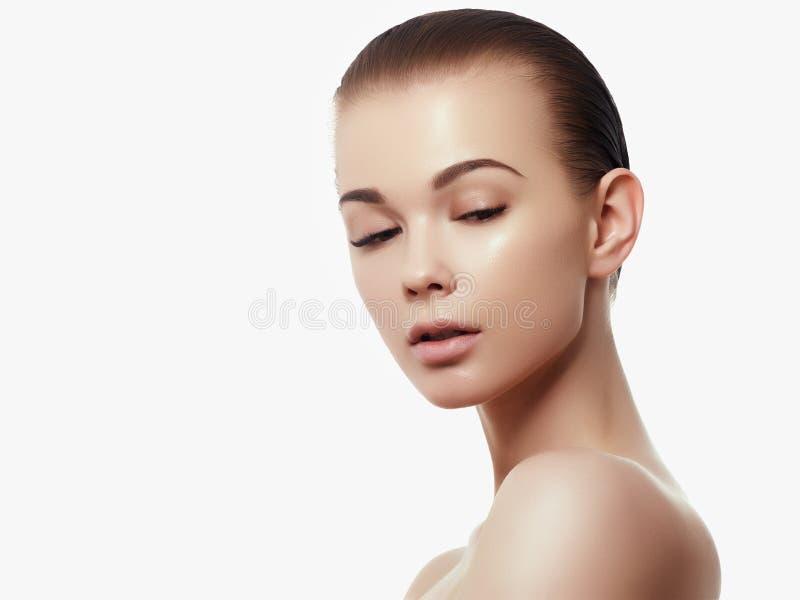 Stående för skönhetkvinnaframsida Härlig brunnsortmodellflicka med perfekt ny ren hud Le för brunettkvinnlig royaltyfria bilder