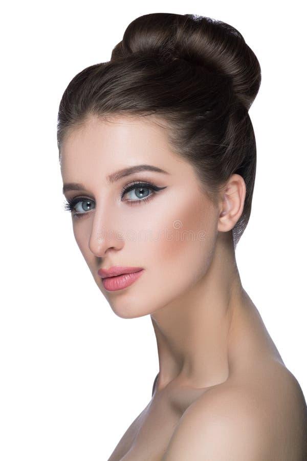 Stående för skönhetkvinnaframsida Härlig brunnsortmodellflicka med perfekt ny ren hud modebrunettkvinnlig som ser royaltyfri bild