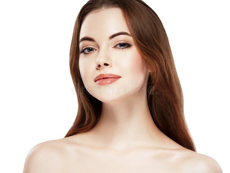 Stående för skönhetkvinnaframsida Härlig brunnsortmodellflicka med perfekt ny ren hud Näckt smink arkivfoton