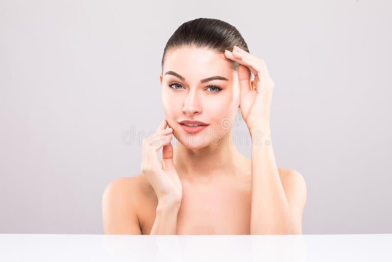 Stående för skönhetkvinnaframsida Härlig brunnsortmodellflicka med perfekt ny ren hud Näckt smink arkivbilder