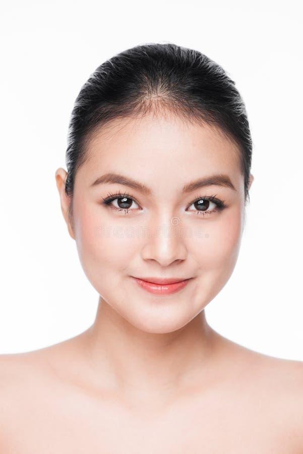Stående för skönhetkvinnaframsida Härlig brunnsortmodellflicka med perfekt ny ren hud Näckt smink Isolerat på a royaltyfri fotografi