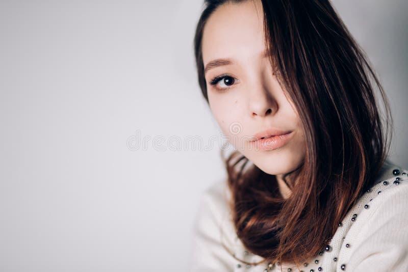Stående för skönhetkvinnaframsida Härlig brunnsortmodellflicka med perfekt ny ren hud se för kamerakvinnlig arkivfoto