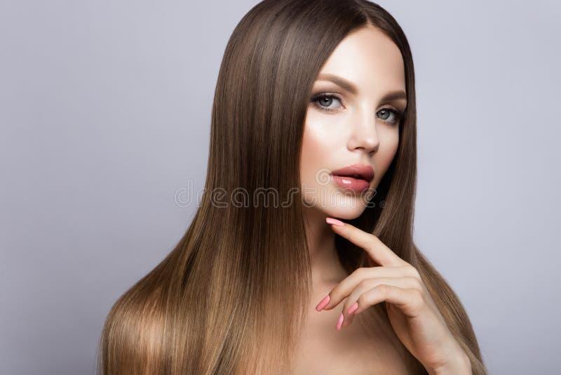 Stående för skönhetkvinnaframsida Härlig modell Girl med perfekt ny ren hud arkivfoton