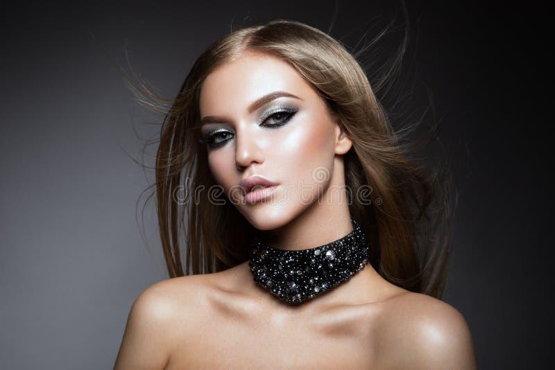 Stående för skönhetkvinnaframsida Härlig modell Girl med perfekt ny ren hud fotografering för bildbyråer