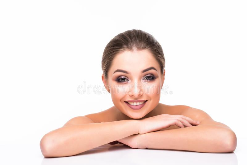 Stående för skönhetkvinnaframsida Härlig modell Girl med röda perfekta nya rena lilor för kanter för hudfärg Näckt smink arkivfoto
