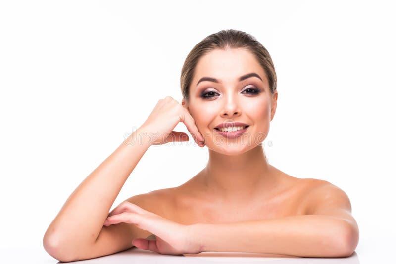 Stående för skönhetkvinnaframsida Härlig modell Girl med röda perfekta nya rena lilor för kanter för hudfärg Näckt smink royaltyfri fotografi