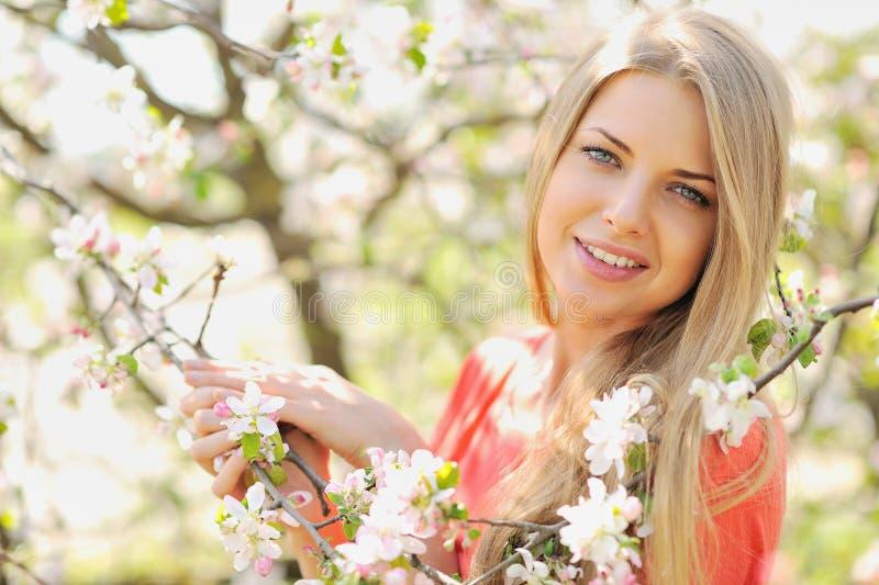 Stående för skönhetvårflicka över blommande träd royaltyfria bilder