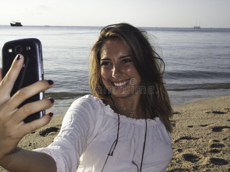 Stående för sommarstrandCloseup av den unga blonda kvinnan royaltyfri foto