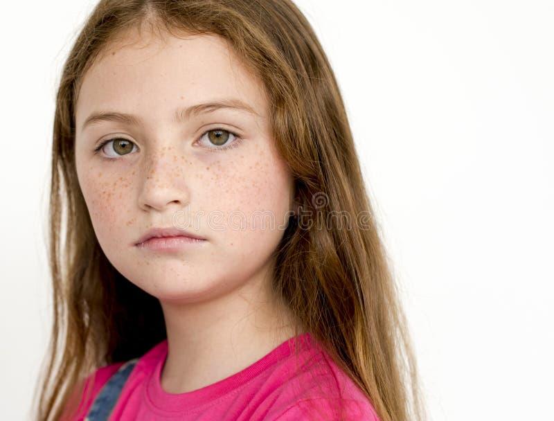Stående för studio för aktning för liten flickaförtroendesjälv royaltyfria foton