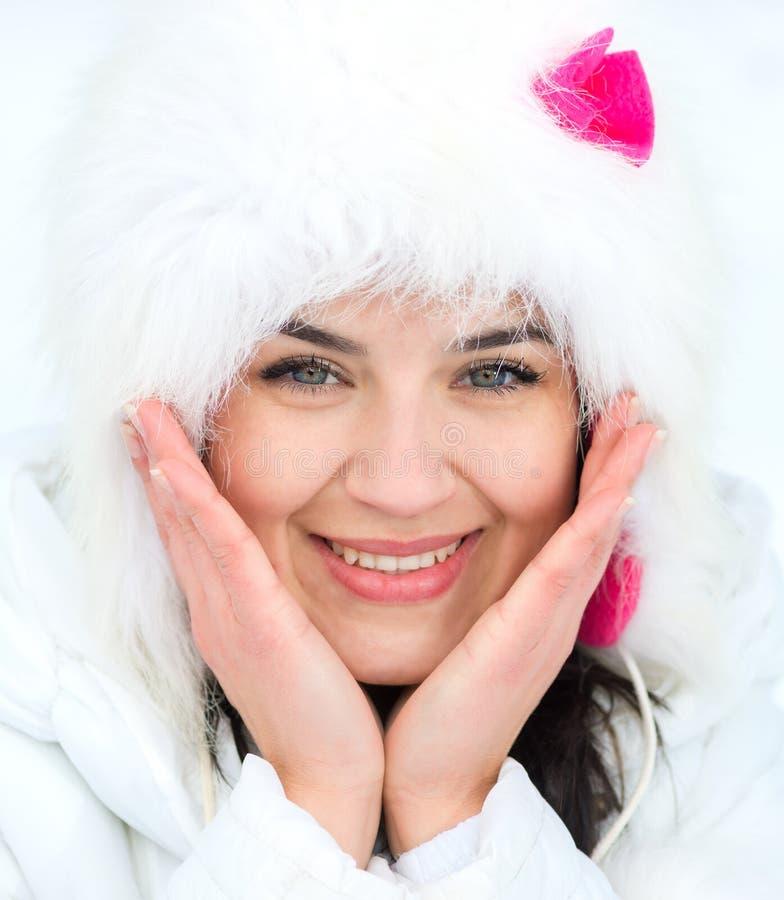 Stående för ung kvinna för vinter fotografering för bildbyråer