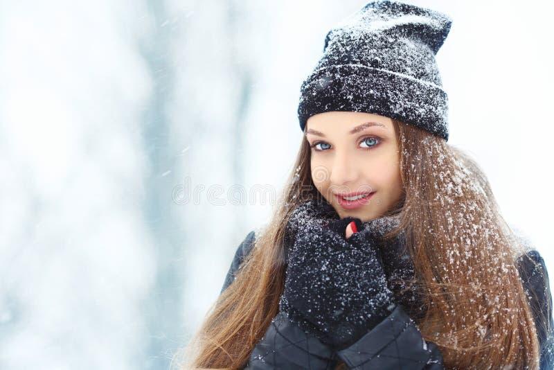 Stående för ung kvinna för vinter Parkerar den glade modellen Girl som för skönhet skrattar och har gyckel i vinter härligt kvinn arkivfoto