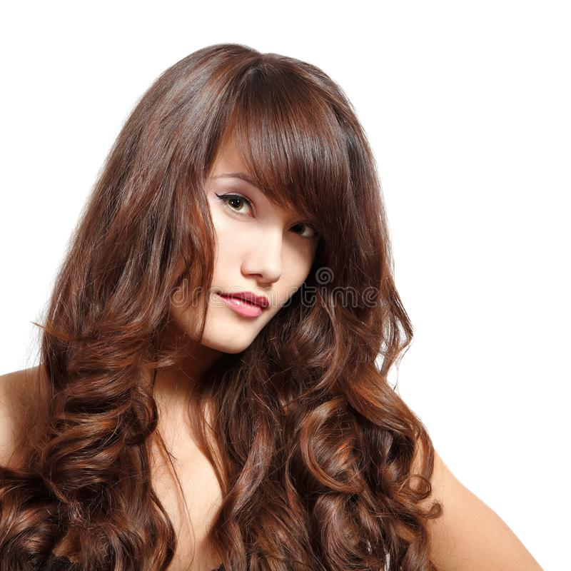 Stående för ung kvinna med långt hår som ser kameran royaltyfri foto