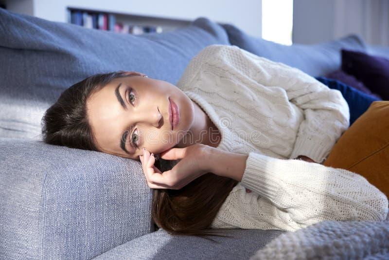 Stående för ung kvinna, medan koppla av som är hemmastatt, och dagdrömma royaltyfria foton