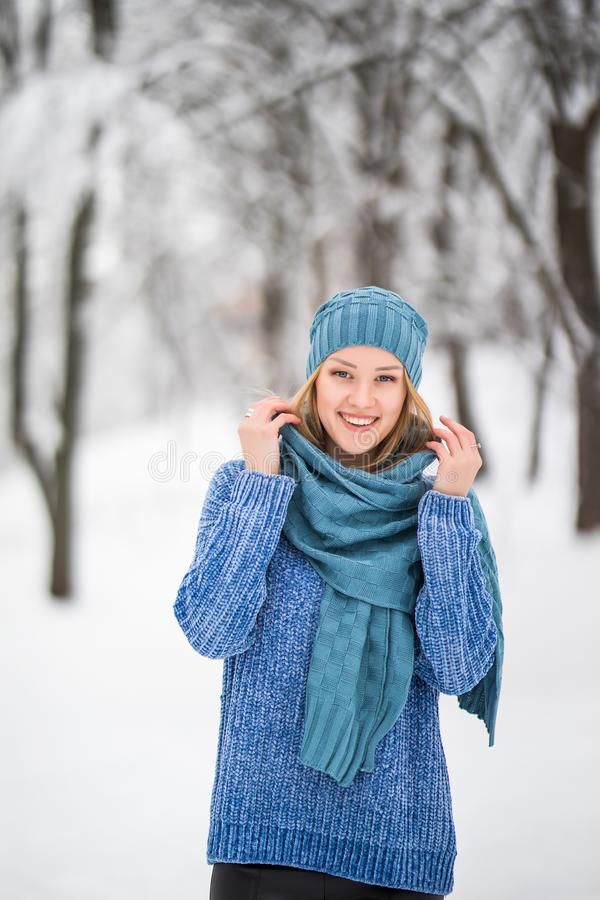 Stående för ung kvinna för vinter Parkerar den glade modellen Girl som för skönhet skrattar och att ha gyckel i vinter Härlig ung arkivbild