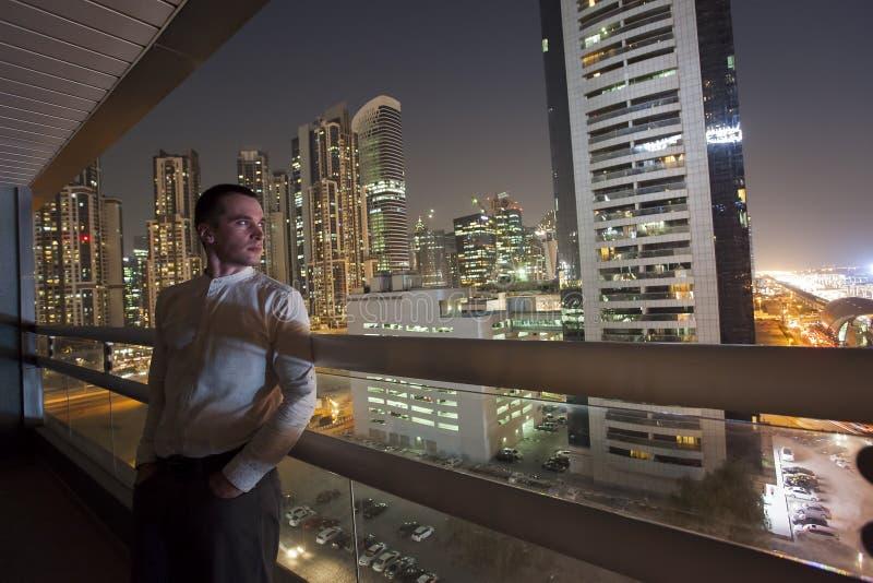 Stående för ung man i den Dubai staden arkivfoto
