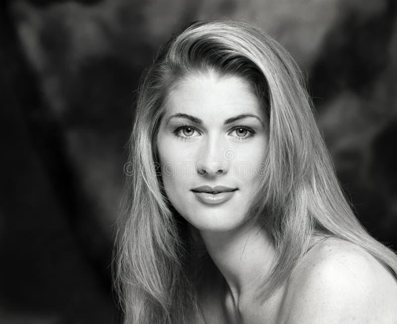 Stående headshot, framsida av barn, lång blondin för sexig härlig kvinna, kal naken skuldra royaltyfria foton
