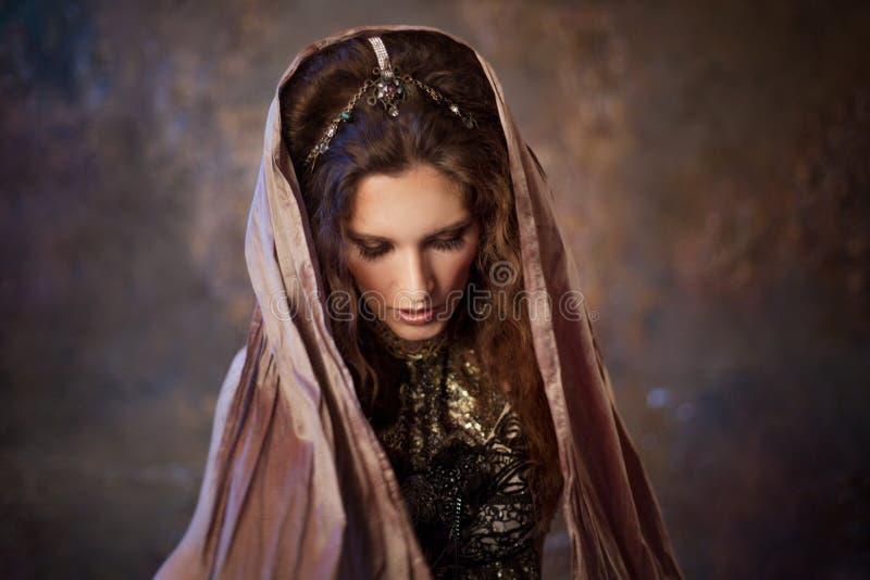 Stående i sjalen Stam- dansare, härlig kvinna i den etniska stilen på en texturerad bakgrund arkivfoton
