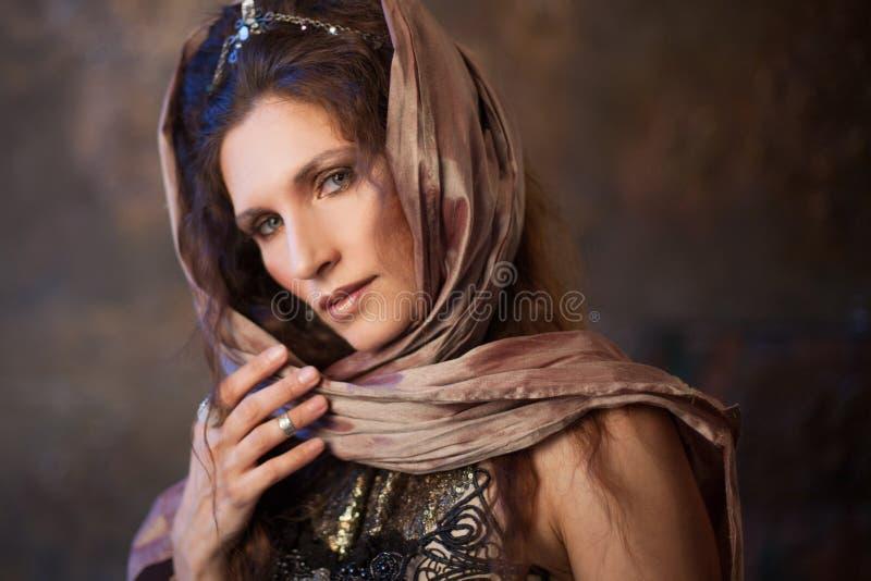 Stående i sjalen Stam- dansare, härlig kvinna i den etniska stilen på en texturerad bakgrund fotografering för bildbyråer
