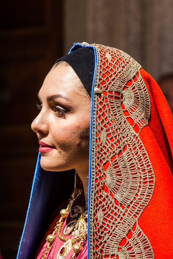 Stående i traditionell Sardinian dräkt royaltyfri foto