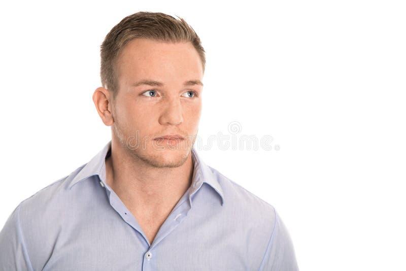 Stående: isolerad ung eftertänksam man i blåa skjorta och fräknar royaltyfria bilder