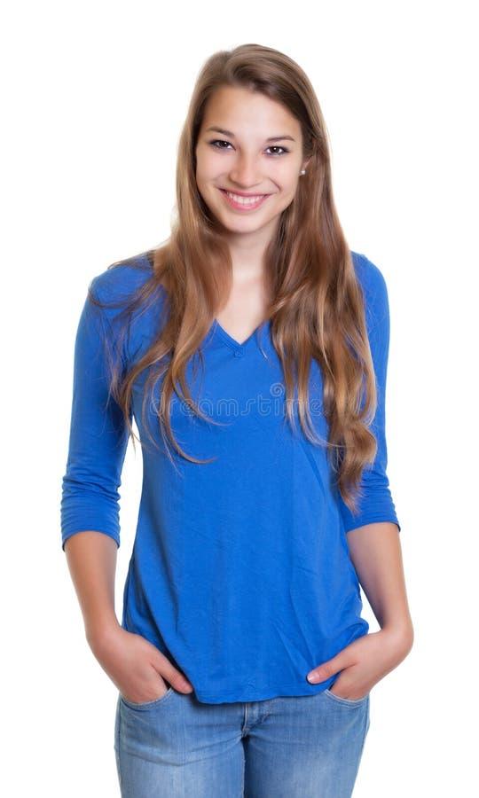 Stående kvinna i en blå skjorta som skrattar på kameran arkivfoto