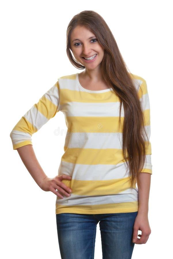 Stående kvinna med långt brunt hår royaltyfri fotografi