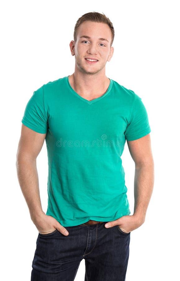 Stående: Lycklig isolerad ung man som bär den gröna skjortan och jeans fotografering för bildbyråer
