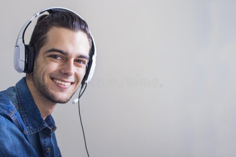 Stående med att le hörlurar arkivfoton