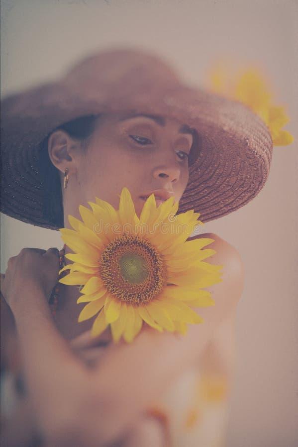 Stående med solrosen royaltyfri fotografi