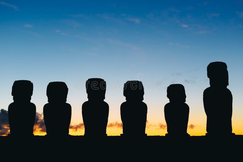 Stående moai femton på Ahu Tongariki mot dramatisk soluppgånghimmel i påskön arkivbild