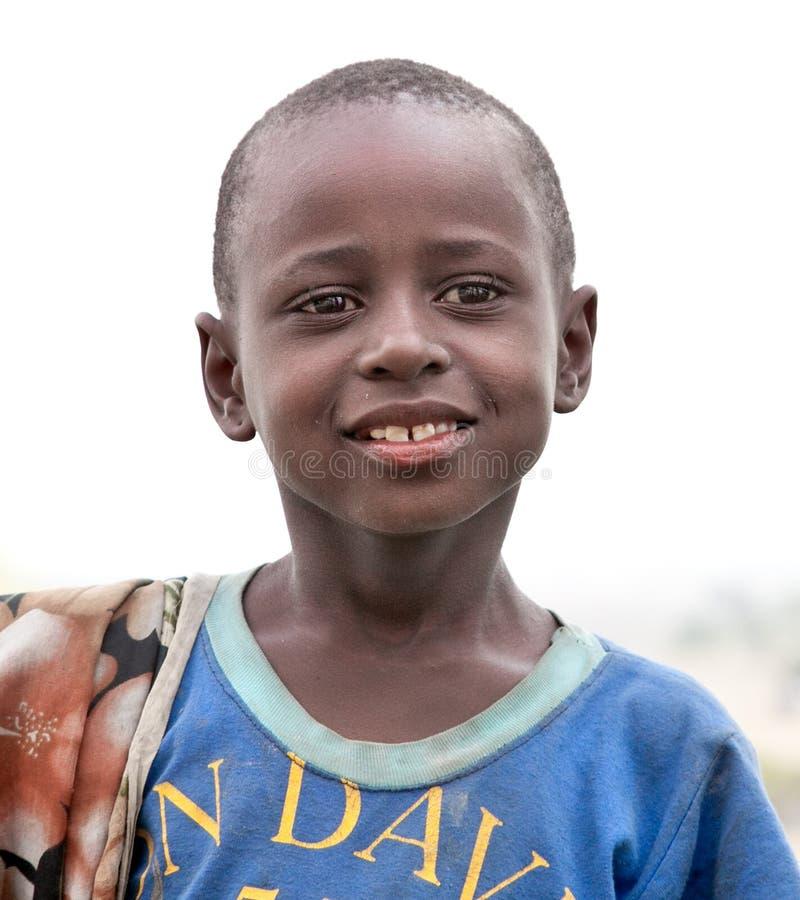 Stående på en afrikansk pojke av Masaistambyn tanzania royaltyfri bild