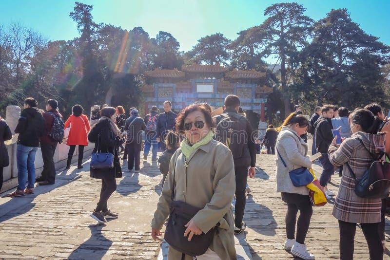 : Stående Photof av höga kvinnor och Unacquainted kinesiskt folk eller turist på sommarslotten i Peking huvudstaden av Kina arkivfoto